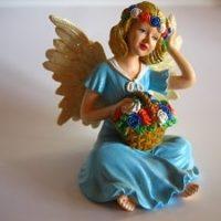 Engel mit Blumenkorb bemalt Showartikel