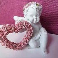 Schutzengel sitzend mit Rosenherz und Rosenkranz rosa