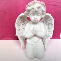 Großer Engel betet und kniet dabei, rosa Haarkranz, 13 cm