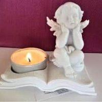 Teelichthalter mit Engel sitzt auf Buch, inkl. Teelicht