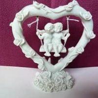 Engelliebespaar auf Schaukel im großem Herz mit Rosen