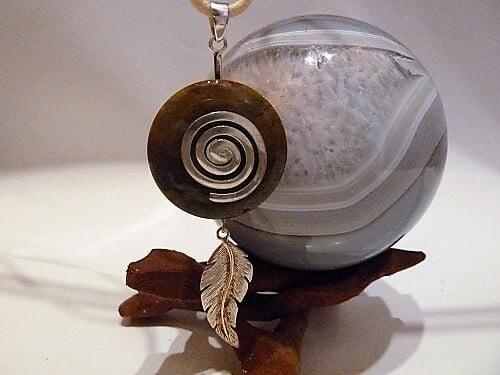 Halskette Donut Achat incl. 925iger Spirale und 925iger Feder am Ziegenrundlederband natur