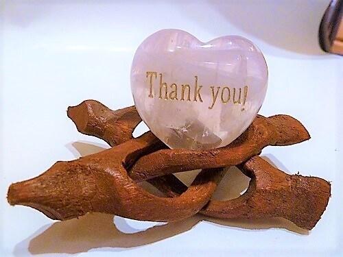 Rosenquarz Herz bauchig 45mm, Gravur Thank you, Geschenkebox mit Kärtchen