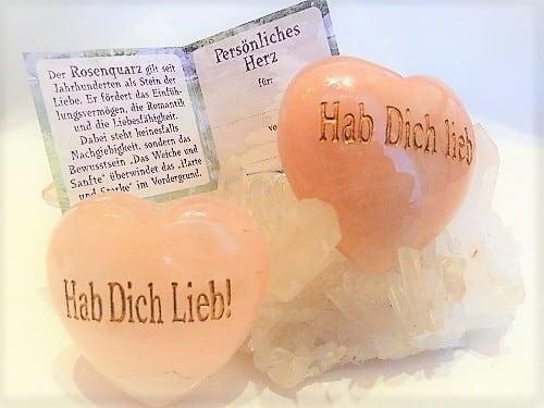 Edelstein Herz Rosenquarz bauchig, ca. 50mm, mit Gravur Hab Dich Lieb! in Geschenschachtel und Kärtchen