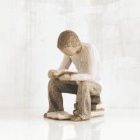 Willow Tree Figur quest - Junge mit Buch studiert, sitzt auf Bücher, 10x6,5x7,5 cm, Familie Skulptur