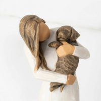 Willow Tree Figur adorable you - dark dog - Frau mit Hund auf dem Arm, Skulptur von Susan Lordi, 19 cm