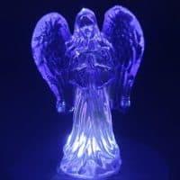 Engel Figur aus Kristallglas in violett, Größe 8x10 cm