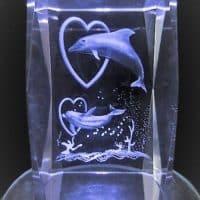3D Laser Kristallglas Block springende Delfine durch Herz, 8x5x5cm Engelshop